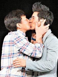 【劲爆】明星被疯狂强吻 基情无限