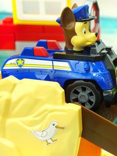 汪汪队立大功新玩具 会变形发射水弹的毛毛消防车